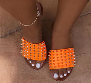 Kadınlar Tasarımcı Sandalet Ayakkabı Perçin Terlik Ladies Beach Terlik Stud Terlik Kaymaz Deri Casual Dikenler Ayakkabı Flop 35-43 D62201 çevirin
