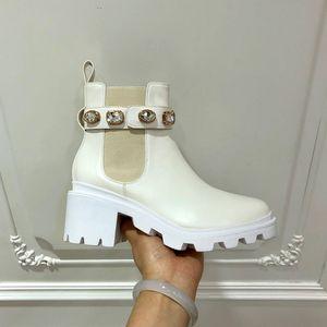 Luxury White Pearl Donne Moda fibbia della cintura stivaletti di alta qualità stivali Martin all'aperto travl trekking dress shoes sneakers donne di nozze