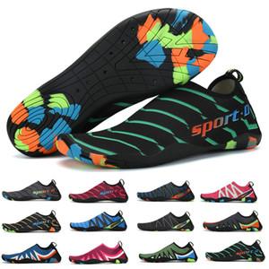 Le scarpe da acqua Estate piedi nudi della donna dei pattini Nuoto calzini Wading Aqua Scarpe Uomo sandali della spiaggia traspirante fitness Sneakers 12 colori Y200420