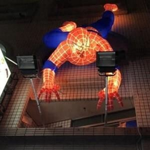 Angeführt hängen spiderman Modell Ballon aufblasbaren spiderman Klettern außerhalb bulding Werbung für Film und lightingeyecatcher Relica geführt