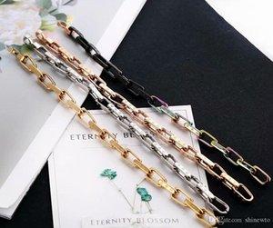 패션 새로운 여성 티타늄 스틸 음각 네 잎 꽃 V 편지 금속 담금질 화려한 18K 골드 좁은 체인 팔찌 도착