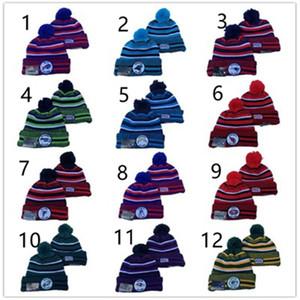 Moda inverno football americano Cap Pompon Beanie tappi cappello palla con risvolto lavorato a maglia Cappello Rugby Sport delle donne degli uomini a righe multicolor