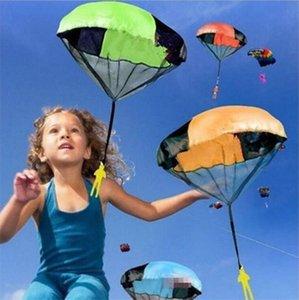 Mão jogando Mini brincar de soldado pára-quedas brinquedos para as crianças divertidas ao ar livre infantil desporto educacional Parachute Jogo