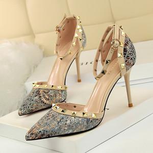 Designer de luxo sapatos de casamento das mulheres Wedge Dica salto agulha Blue Black Sapato de bico fino Rivet Straps Sandals Sexy Evening Prom Party Bombas 80 milímetros