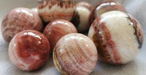 Natural Rhodonite cristal redondo Sphere Coração Chakra Polido - Natural Cristal Amor coração - Reiki - presente primas Pedras da meditação em madeira
