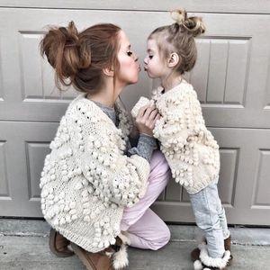 Детские кардиганские девушки любят сердца Помпоны аппликации принцессы Вершина детский вязаный свитер Мать и дочь соответствующие наряды J1069