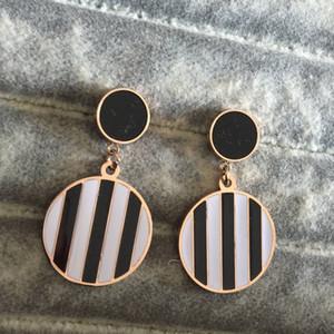 Hohe Qualität deluxe 18 Karat Roségold Brief schwarz weiß baumelt Art und Weise 316L Edelstahl Liebe Ohrringe für Frauen Großhandel gefüllt