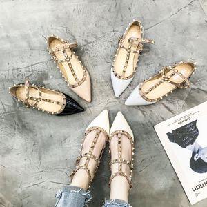여성 2019 한국어 버전의 새로운 종류의 학생 리벳 플랫 입 신발 얕은 입 품질 단일 구두 여성 그물 빨간 여성 구두 Spri