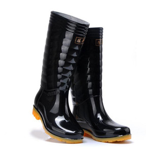 Venta caliente-Moda para hombre Botas de lluvia Sección delgada Cadenas negras Impermeable Welly Plaid Hasta la rodilla Rainboots 2016 Nuevo diseño de moda Tall High Goo