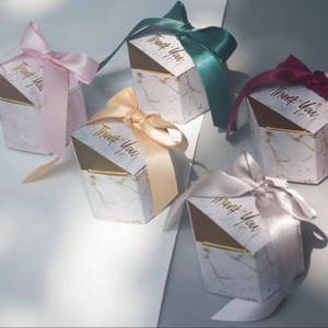 Kurdele Wedding ile 100pcs / lot Yaratıcı Beyaz Mermer Kağıdı Şeker Hediye Kutusu Çanta Misafirler Düğün Dekorasyon XD22346 için hediyeler Yana