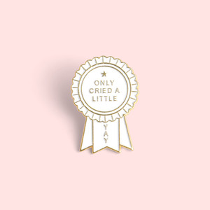 Única insignia premio medalla lloró un poco Broche de encargo broches de regalo bolsa de la solapa de la hebilla simple divertido del vaquero joyería para los amigos