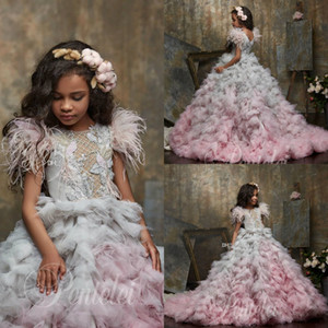 2020 Carino Flower Girl Abiti Gioiello Collo Appliqued Beaded Feather Girl Pageant Gown Cascading Ruffle Sweep Train Personalizzato Abiti da compleanno