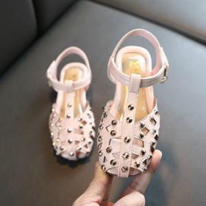 I bambini del progettista dei sandali dei sandali ragazze Hollow traspirante principessa Scarpe Bambini Designer con Rivet Prestigio Heel Shoes Hot Sale