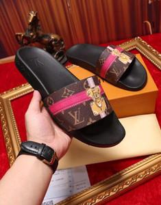 8 fotos Encuentra similares 44 Hombres Mujeres Sandalias Zapatos de diseño Deslizamiento de lujo Moda de verano Ancho plano Plana resbaladiza con sandalias gruesas Zapatilla Flip Flo