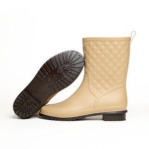 Новая осенняя обувь Женская мода плоские дождевые сапоги Женские резиновые скольжения на стороне открытый черный женщина дамы Rainboots Боттес тенис