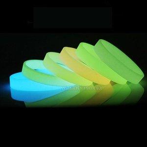 50pcs Phosphorescent bracelets en silicone Dark Power lumineux Hologram caoutchouc bracelet Hommes Femmes adolescents Amitié Cadeaux Bangle