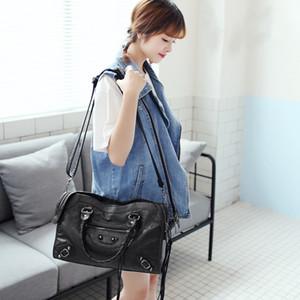 Дизайнер-Hotsales Женщины сумки мотоцикл старинные сумки из натуральной кожи овчины Шпильки Заклепки Кошелек Женщины Известные цепи Medium City сумки