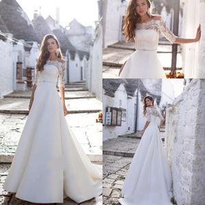 Vestidos de casamento Bohemian 2021 do pescoço da colher Appliqued frisada Metade nupcial mangas Vestido Sash Ruffled Satin Trem da varredura Robes De Mariée