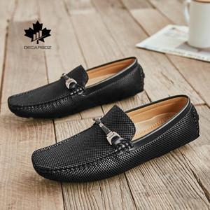 2020 zapatos de los nuevos hombres de cuero masculinos Slip-en los zapatos casual de diseño Drive Mocasines hombre de barco cómodo de metal de los holgazanes de los hombres