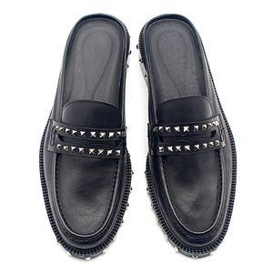2020 Classics Black Rivet Панк Сандалии Мужчины скольжения тапочки из натуральной кожи Мокасины Британское летнее платье итальянской обуви мокасин