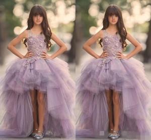 2020 Lavender High Low Girls Vestidos del desfile Apliques de encaje sin mangas Vestidos de niña de las flores para la boda Tul púrpura Vestido de comunión para niños hinchados
