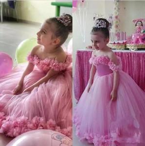 2020 neue reizende Rosa Prinzessin Blumen-Mädchen-Kleider weg von der Schulter Tulle handgemachter Blumen bodenlangen Geburtstag Kind-Mädchen-Festzug-Kleider