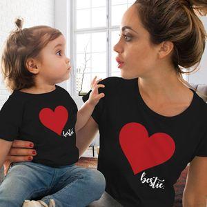 Designer roupa de forma Vestuário Casual Parent Vestuário coração Cópia bonito camisetas Crew Neck manga curta Mulheres de Verão