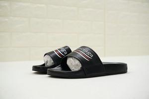 Hommes 18SS Designer Chaussures Décontractées Toboggans En Caoutchouc Sandales Plage Stripe Flip Flops Pantoufles De Luxe Slide D'été Mode Plat G Pantoufle