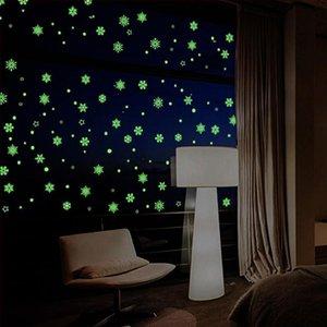 عيد الميلاد ندفة الثلج الجدار ملصق يتوهج في الظلام مضيئة الفلورسنت ملصقات لنافذة غرفة نوم ديكور المنزل