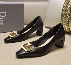 Hot New Femmes DesignerLuxury Lady Chaussures Nu Pointu Brandshoes Toes sandales de plage Noble Tempérament Chaussures Robe de mariée zx 2022701Q