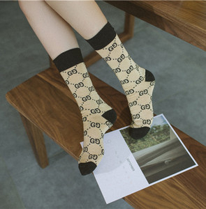 Heißer Herbst Mädchen neue Süßigkeit Farbe Brief Haufen Haufen weibliche Socken Modetrend Mehrfarben wilde Baumwolle Socken A1028