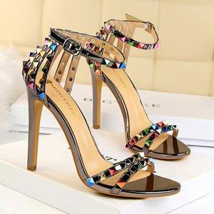 Sandalias de tacón de aguja de tacón alto de diseñador para mujer, punta abierta calado colorido tachonado bombas altas, tacones de aguja de banquete de plata zapatos de vestir