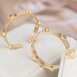 trasporto libero reale placcato oro oro Huggie cerchio orecchini Marca Oro logo del pulsante la vendita calda orecchini