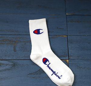 Skateboarding chaussettes en coton champion du hip hop tendance de danse de la rue des hommes en noir et blanc long tube et les chaussettes des femmes