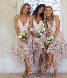 2019 Nuevos vestidos de dama de honor té-longitud de té de encaje rosado dobladillo irregular Spaghetti Straps Srow of Honor Country Beach Body Party Gows de invitados