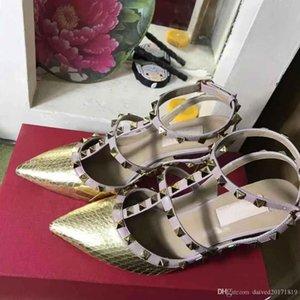 European Classic Luxury Art Ladies'Sandals, hohe Absätze, Gold Nieten, kleiden Hausschuhe, Mode Schuhe, flache Unterseite und helle Lederherstellung