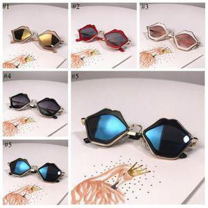 شفاه الاطفال النظارات الشمسية الأطفال الشفاه إطار نظارات شمسية نظارات الطفل شاطئ السفر حملق موضة نظارات شمسية قص غير النظامية TLZYQ1156