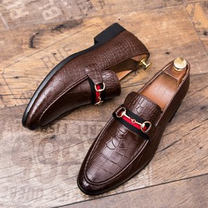 Wholesale New style Black Leather Mens Rivets Loafers Designer Fashion Slip on Mens Dress Shoes Handmade Men Smoking Shoes Casual Flat