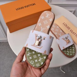 Wholesale 2019 Hot New Women s Slippers Sandals Fashion Designer Luxury With Lock Buckle Ladies Beach Indoor Non slip Rubber Soft Bottom Slippers