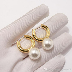 Wholesale 2019 Exquisite fashion elegant net red with smooth pearl earrings women hoop earrings gold designer earrings