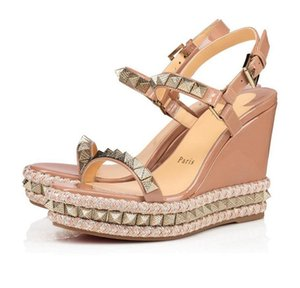 saltos altos de gladiador nude venda por atacado-20 Red inferior Cataclou Cunhas Sandals Com Stud Nude couro salto alto verão Mulheres da tira no tornozelo Gladiator Sandals Ladies Dress Shoes