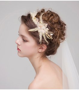 Wholesale 2019 Fashion Bridal Headdress Gold Hair Crowns Feather Pearls Hair Bands Elegant Wedding Headpieces Bridal Accessories Free Shipping New