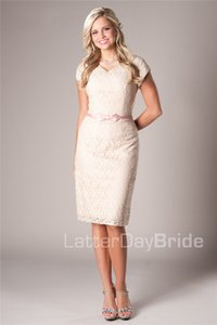 Vintage Lace Beige Sheath Short Modest Bridesmaid Dresses With Cap Sleeves Knee Length V Neck Mother's Formal Dresses For Wedding