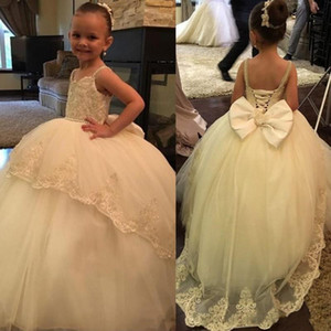 Wholesale Beautiful Ivory Flower Girls Dresses for Weddings Ball Gown Big Bow Lace Appliques Pearls Sequined Lace up Back Girls Pageant Gowns