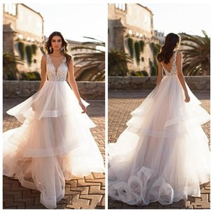 ingrosso vestiti pricess-2021 V Collo del merletto di nuovo modo di Appliques Una linea degli abiti da sposa di Pricess Tiered Skirts nuziale Backless Bella Vestidos de mariée