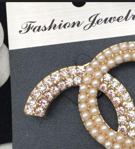 Wholesale New famous designer alloy rhinestone pearl letter brooch ladies girl suit wedding gift jewelry accessories1