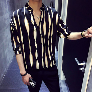 средний человек оптовых-2018 New Summer Men s Loose Stripes Half Sleeve Shirt Korean Version V Neck Cuff Handsome Middle Sleeve Shirts Men