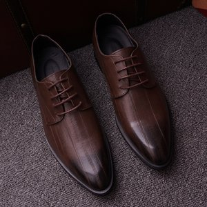 Wholesale 2019 Men Flat Classic Formal Dress Shoes Genuine Leather Wingtip Carved Italian brand Oxford Plus Size brown red