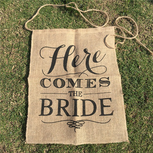 ingrosso bandiera della sposa-Here Comes The Bride Party Direction Signs Tela Sedia Chair Banner per matrimonio Bandiere Rustico cerimonia Photobooth puntelli