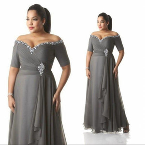 ingrosso le madri sposano i vestiti-Grey Madre of the Bride Groom Abiti Plus Size OFF La spalla Cheap Chiffon Prom Party Gowns Abbigliamento da sera lungo